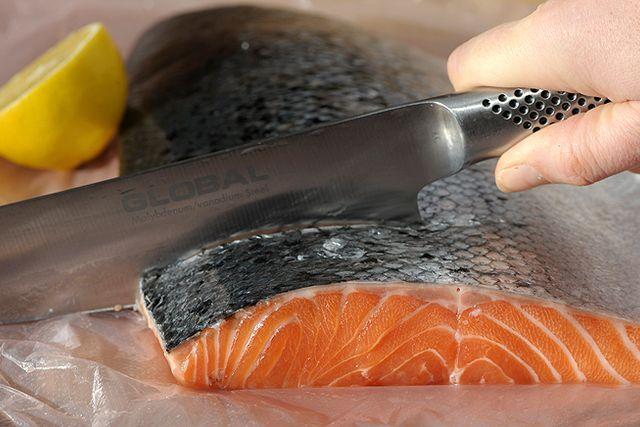 Den odlade laxens kött skulle inte vara rosa om inte fiskarna utfodrades med pellets som spetsats med färgämne.