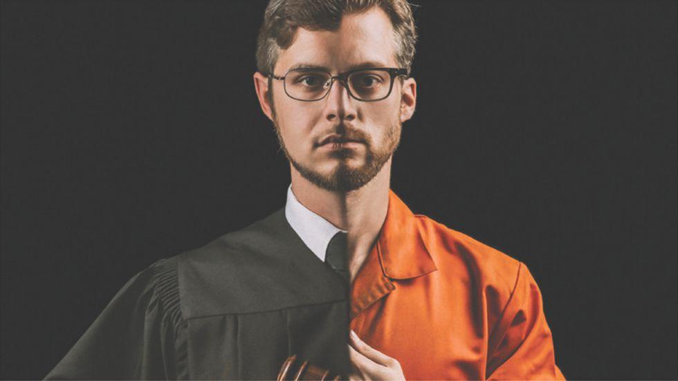 """Domare och anklagad i en och samma person – omslagsbild till det nya operaalbumet """"Voir dire""""."""