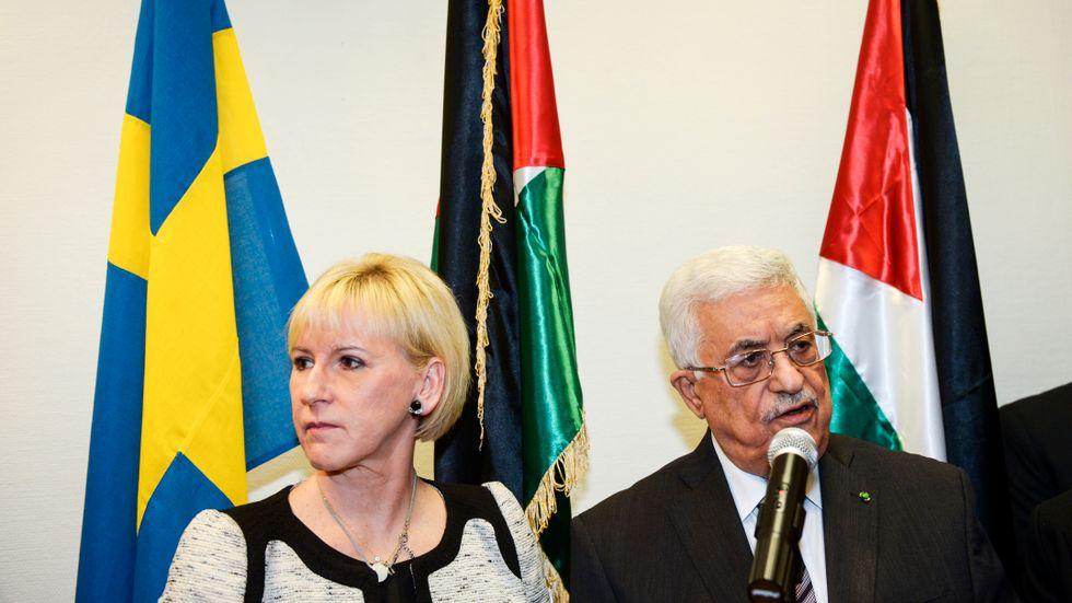 Sveriges utrikesminister Margot Wallström (S) och den palestinske presidenten Mahmoud Abbas vid invigningen av Palestinas ambassad i Stockholm 2015.