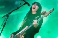 Basisten Paz Lenchantin under Pixies spelning på Way Out West.