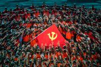 En scen ur en föreställning den 28 juni med kinesiska kommunistpartiets flagga i centrum inför firandet av kommunistpartiets 100-årsdag den 1 juli.