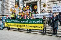 Demonstranter har positionerat sig utanför brittiska finansdepartementet inför klimatmötet i Glasgow.