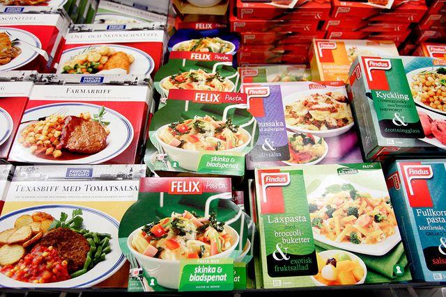 Känn dig inte skyldig om det bli färdigmat ikväll. En studie visar att maten är nyttigare än TV-kockarnas recept.