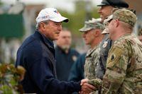 USA:s expresident GeorgeW Bush tackar krigsveteraner Maine vid en ceremoni tidigare i år.