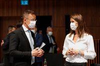 Ungerns utrikesminister Peter Szijjarto - här tillsammans med belgiska kollegan Sophie Wilmès - försvarar landets kritiserade nya lag kring minderårigas tillgång till uppgifter om olika sexuella läggningar. Arkivfoto.