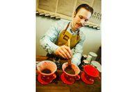 Simon Westerlund brygger färskmalet kaffe i filterbehållare av porslin.