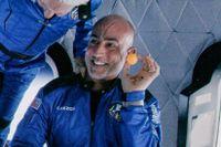 Jeff Bezos leker med bollar ombord på Blue Origin-raketen.