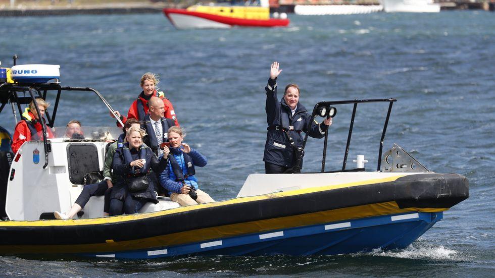 Statsminister Stefan Löfven (S) inleder sin sommarturné på Tjörn dit han anländer med Kustbevakningens fartyg.