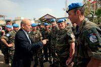 Frankrikes försvarsminister Jean-Yves Le Drian inspekterar franska FN-trupper i Libanon i april.