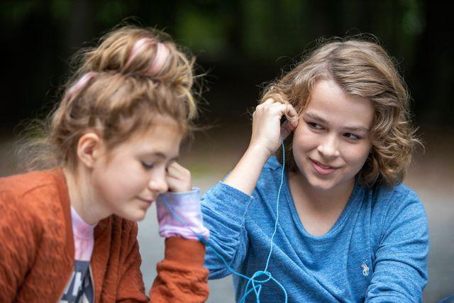 """Olle och Sonja har arbetat som skådespelare i flera år. Olle är bland annat med i tv-serien """"Klassen"""" på SVT, och Sonja är med i musikalen """"The sound of music"""" i Malmö just nu."""