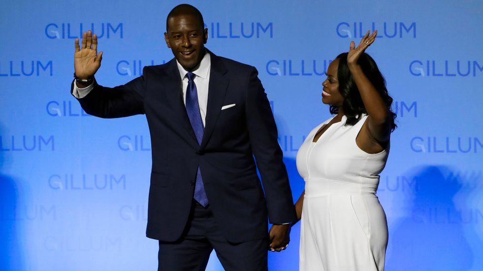 Den demokratiske guvernörskandidaten Andrew Gillum i Florida, här med hustrun R Jai Gillum, har fortfarande chansen att vinna den ovissa kampen mot republikanen Ron DeSantis. Rösterna ska räknas om.