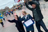 Jonna Hammarsten, Ida Josefsson och Erik Josefsson hejade utanför Stadshuset.