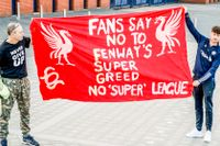 Två Liverpool FC fans protesterar mot den nya superligan.