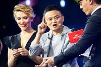 Hollywoodskådespelaren Scarlett Johansson (till vänster) och Alibabagrundaren Jack Ma (i mitten) på gårdagens gala inför Singles Day Online Shopping Festival i Kina.