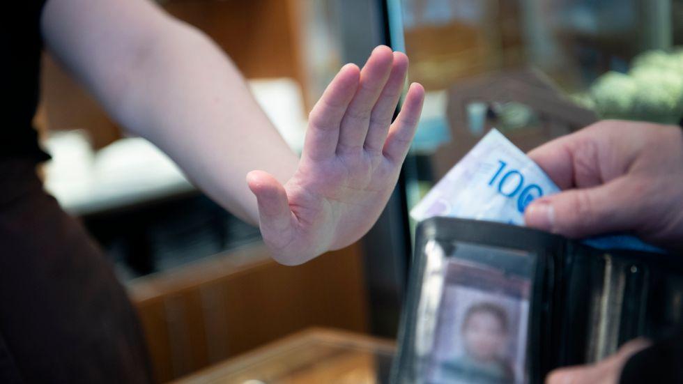 """""""Endast kortbetalningar"""" har blivit en allt vanligare syn i butiker."""
