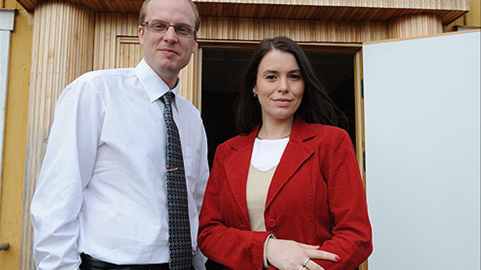 Pastorn Helge Fossmo och Kristi brud, Åsa Waldau, i filmversion. De spelas av Emil Almén och  Anna-Lena Strindlund.