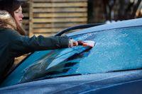 Om vindrutorna måste skrapas på morgonen kan det vara en förvarning om halt väglag. Arkivbild.