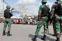 Indonesiska soldater intill en demonstration i Timika i provinsen Papua i augusti. Arkivbild.