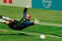 Thomas Ravelli räddar straffen mot Rumänien i VM-kvartsfinalen 1994.