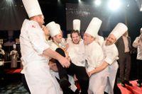 I fjol tog Jimmi Eriksson från restaurangen Lilla Ego i Stockholm hem Årets kock-titeln och här firas han av sina manliga medtävlare. Endast en gång sedan starten 1983 har en kvinna – Kristina Pettersson 1988 – vunnit den åtråvärda titeln. Arkivbild.