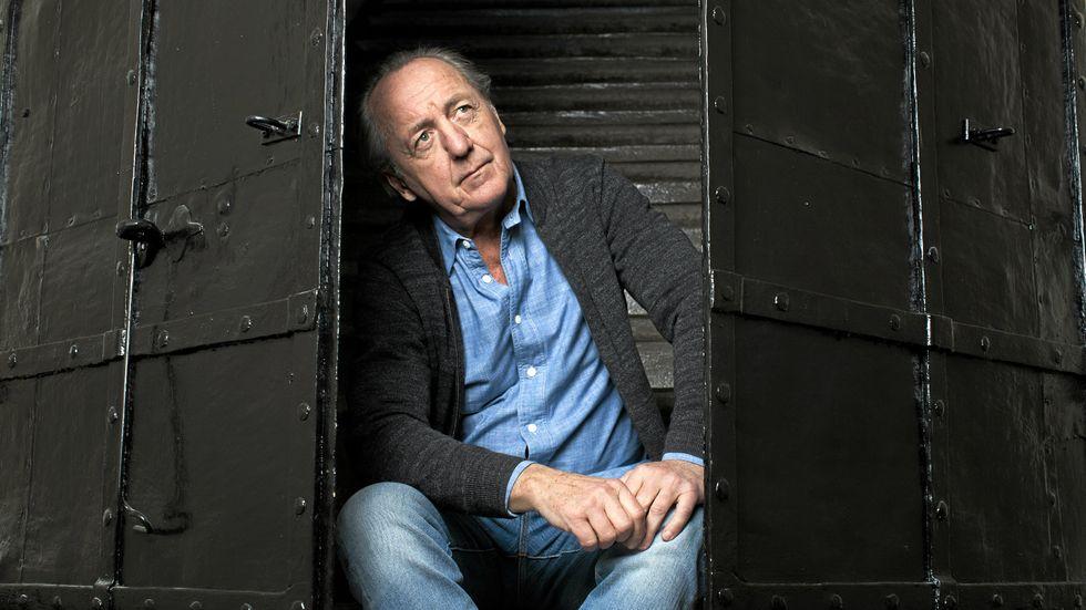 """Ernst Brunner, född 1950, debuterade med en diktsamling 1979 och har sedan dess publicerat romaner, biografier samt dagbokssviten """"Där går han""""."""