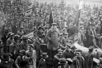 Arbetarrådet demonstrerar i München i februari 1919. Den bayerske ministerpresidenten Kurt Eisner sitter i bilens baksäte. Detta är det sista fotografiet som togs av Eisner – han mördades den 21 februari 1919.