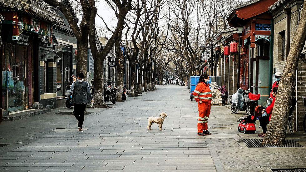 I Kinas huvudstad Peking är det färre människor än normalt ute på gatorna.