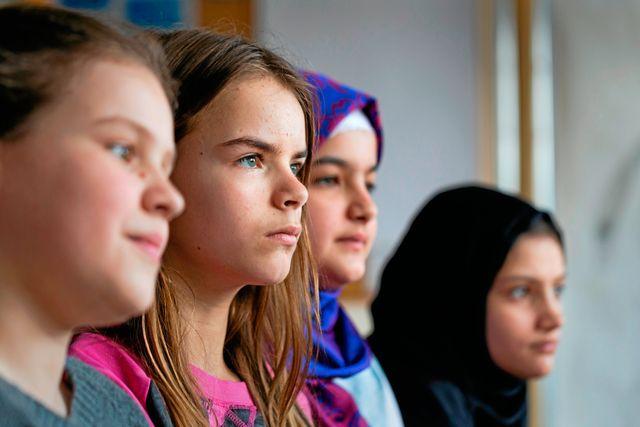 """""""Utan Maya och Elma hade jag inte kunnat prata svenska"""", säger Liveta. Maya pratar arabiska och hjälper Rama och Noorya med svenskan."""