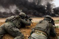 Israeliska soldater med skarpladdade gevär vid gränsen mellan Israel och Gazaremsan den 4 maj i år.