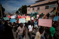 Protester i Port-au-Prince med krav på presidentens avgång. Bilden är från förra veckan.