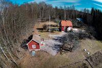 Sommarstugan utanför Arboga där den misstänkta Arbogakvinnans exmake och pappa mördades 2015 respektive 2016 då även kvinnans mamma skadades svårt.