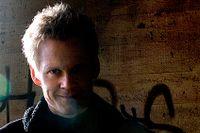 I sina TV-program använder sig den psykologiske manipulatören och illusionisten Henrik Fexeus av psykologi, suggestion och rent tjuv-och rackarspel.