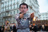 En demonstrant utklädd till en fängslad Sebastian Kurz, vid protester utanför ÖVP:s partihögkvarter i Wien.
