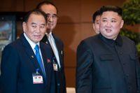 Kim Yong-Chol (vänster) med Nordkoreas högste ledare Kim Jong-Un. Arkivbild från mars 2019.