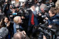 Den svenska biträdande åklagaren i ärendet, Ingrid Isgren, omringad av journalister.