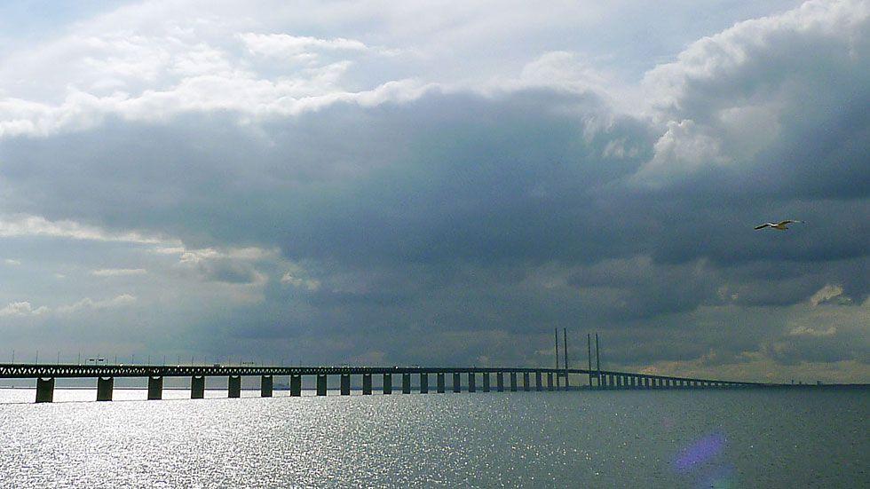 Öresundsbron förbinder Sverige och Danmark och skapar både fantastiska fördelar och nya utmaningar att hantera.
