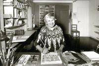 Agda Österberg, SPP:s första försäkrade på Föreningen Handarbetets Vänner kom att bli en välkänd textilkonstnär. Här fotad i sin atelje av Sune Sundahl 1967.