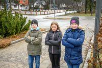 En bit från skolan finns en busshållplats, men övergångsstället ligger för långt bort. Det tycker eleverna borde fixas eftersom många springer över vägen för att hinna med bussen.