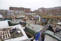 Aktivister och EU-migranter vakar fortfarande på tomten på Industrivägen i Malmö, i väntan på att polisen ska genomföra den avhysning som har begärts av kommunen.