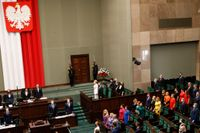 Oppositionen i parlamentet bar regnbågsfärgade kläder när Polens president svors in.