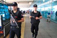 Turkisk polis patrullerar vid Atatürk-flygplatsen i Istanbul.