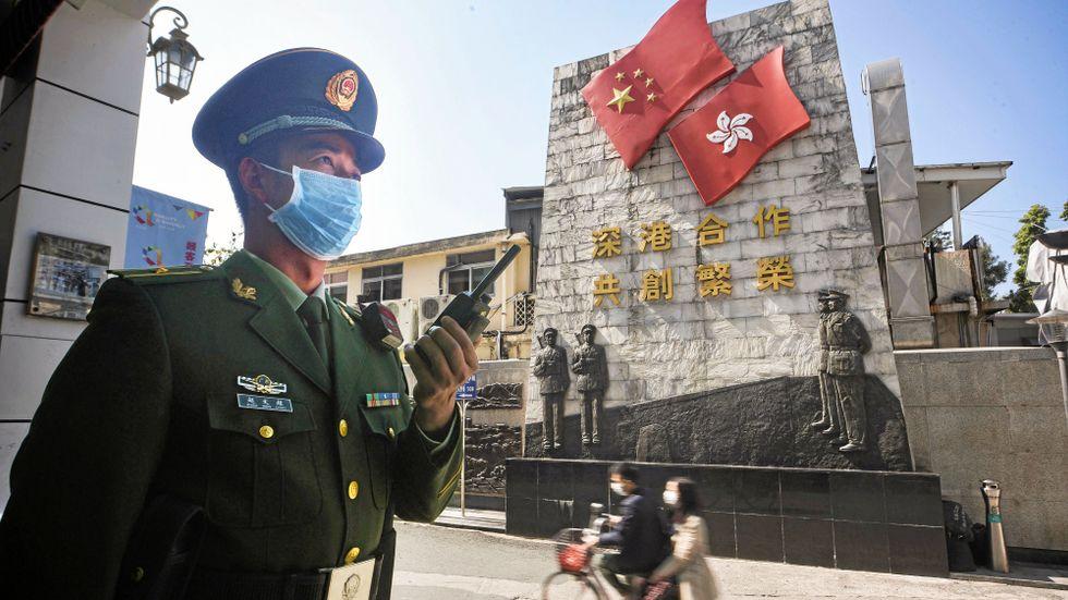 Kinesisk polis med munskydd i Shenzhen, vid gränsen mellan Kina och Hongkong.